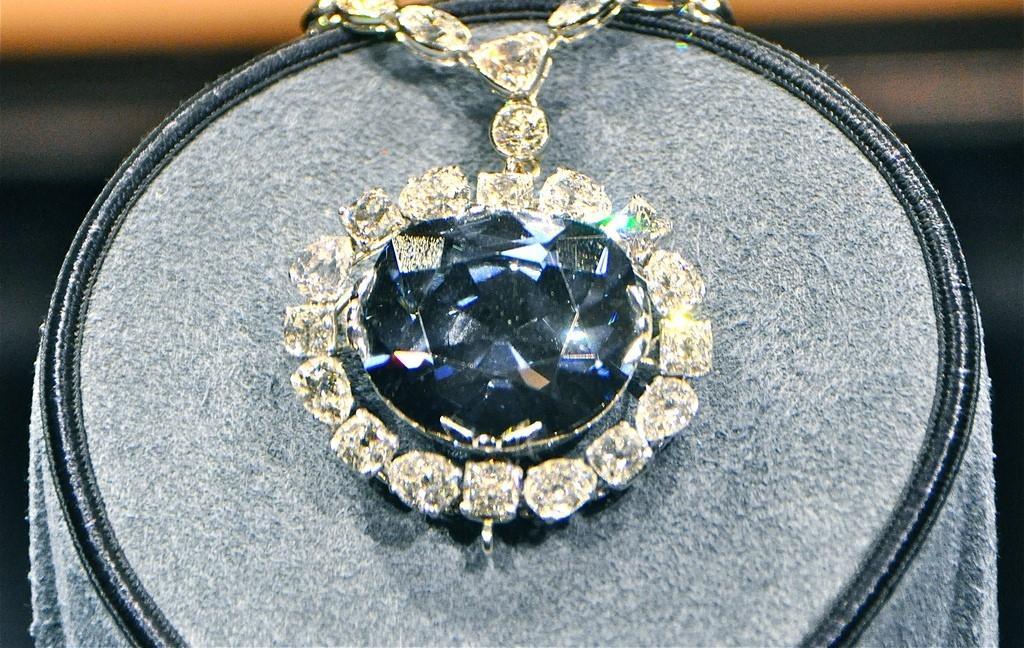 Perhiasan Terkutuk di Kehidupan Nyata